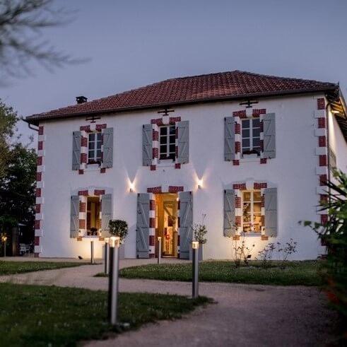 Exterieur-Auberge-du-laurier-by-night-2